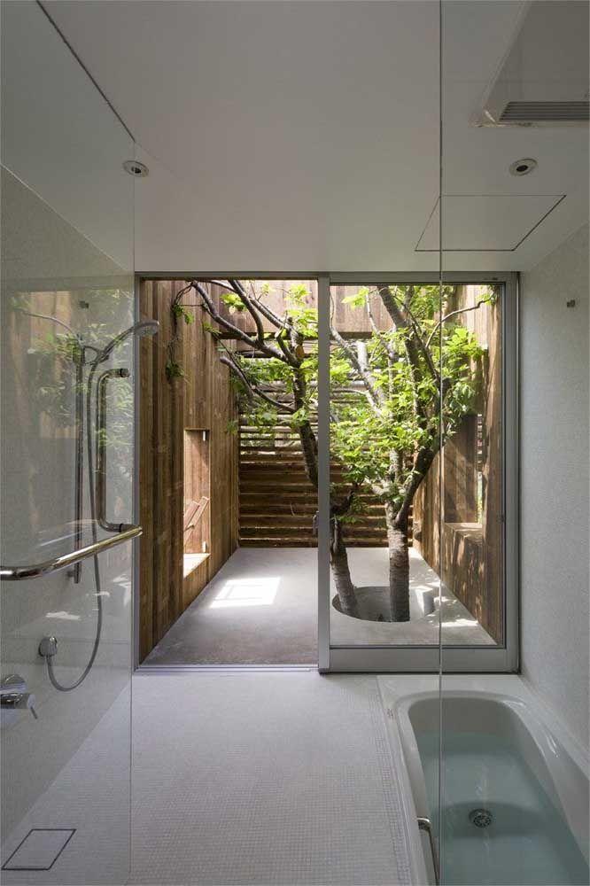 Para deixar o momento do banho ainda mais prazeroso invista em um jardim de inverno dentro do banheiro