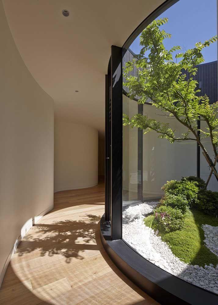 Nessa casa o jardim de inverno foi construído na parte externa e pode ser contemplado pelo vidro