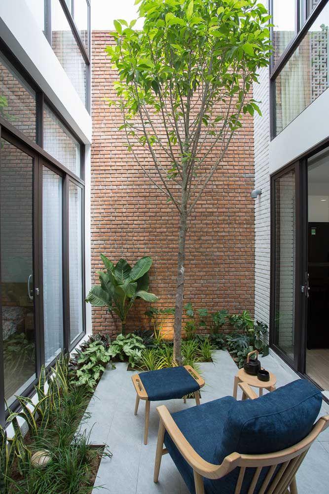 O jardim de inverno integra as duas partes da casa; o canteiro de plantas baixas e a parede de tijolinhos dão o toque acolhedor do ambiente