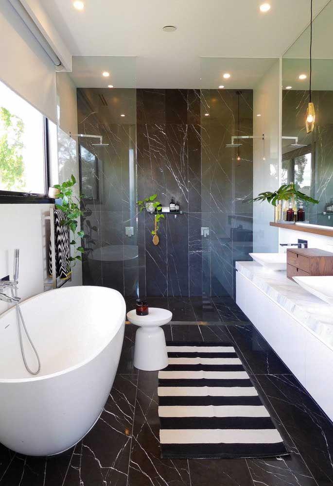 A umidade do banheiro é ideal para o cultivo das jiboias, atente-se apenas de garantir a luminosidade adequada para a planta nesse ambiente