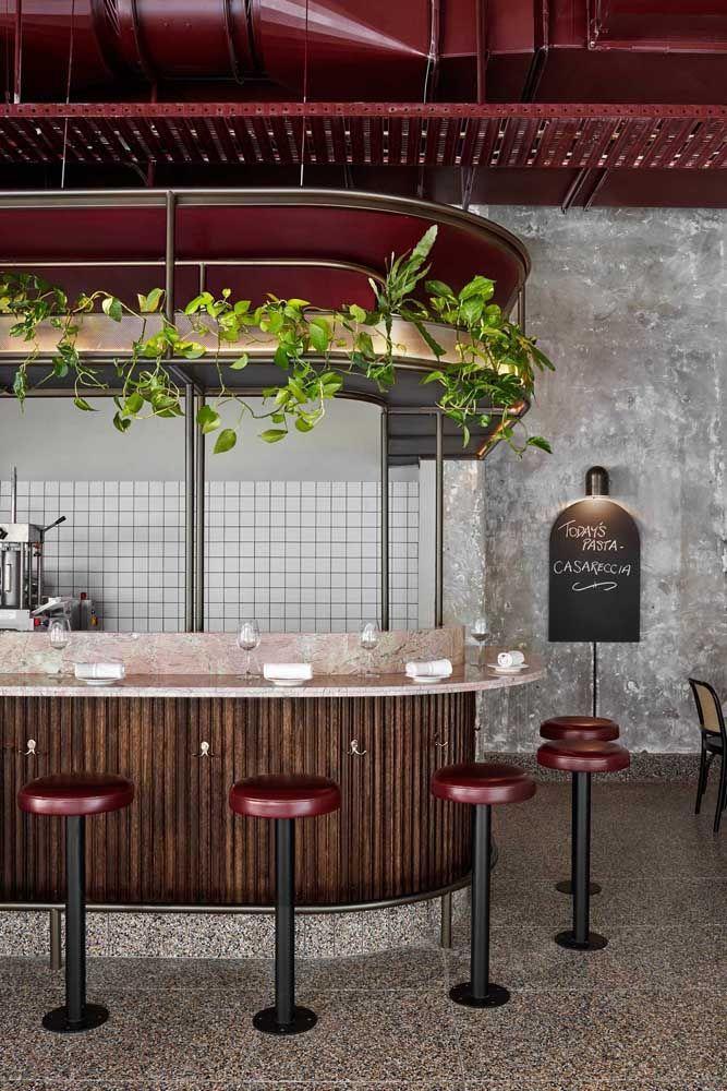 Jardim suspenso de jiboias sobre o bar: proposta moderna, mas ao mesmo tempo acolhedora e receptiva