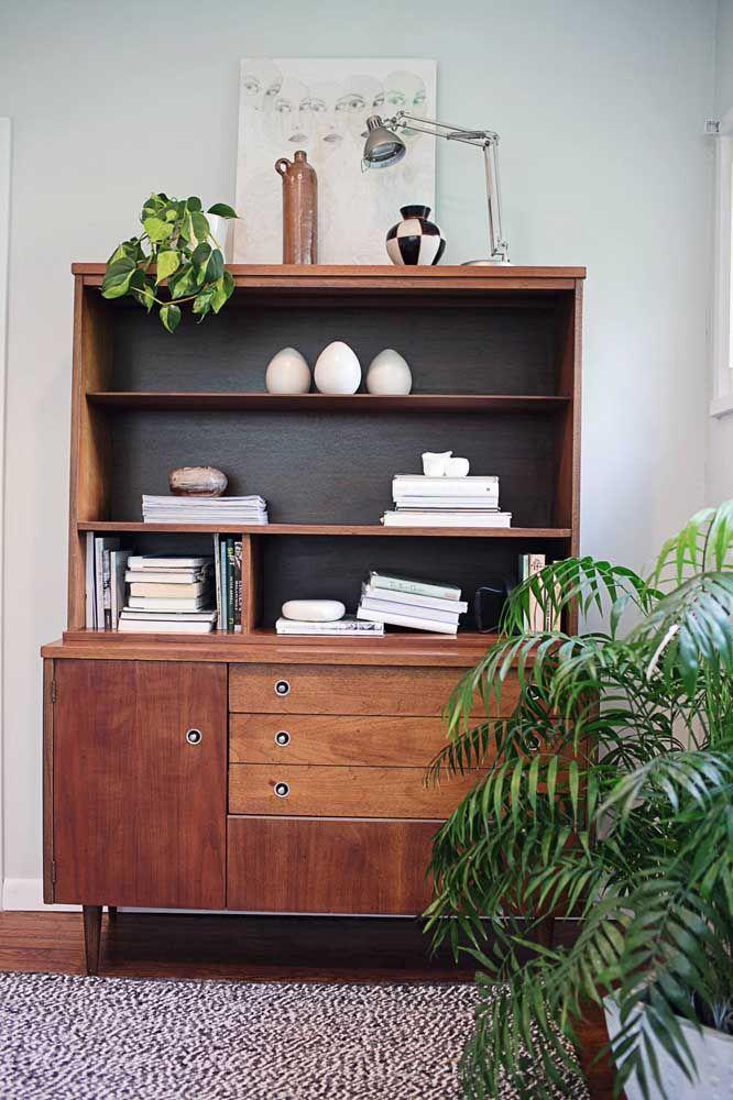 Puro conforto esse ambiente decorado com móveis retrô e vaso de jiboia; lembra casa de vó