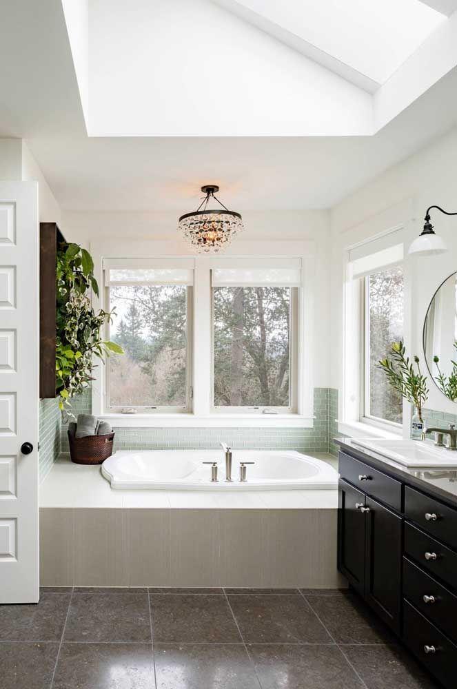 Painel verde na parede do banheiro; tudo para deixar o momento do banho mais relaxante