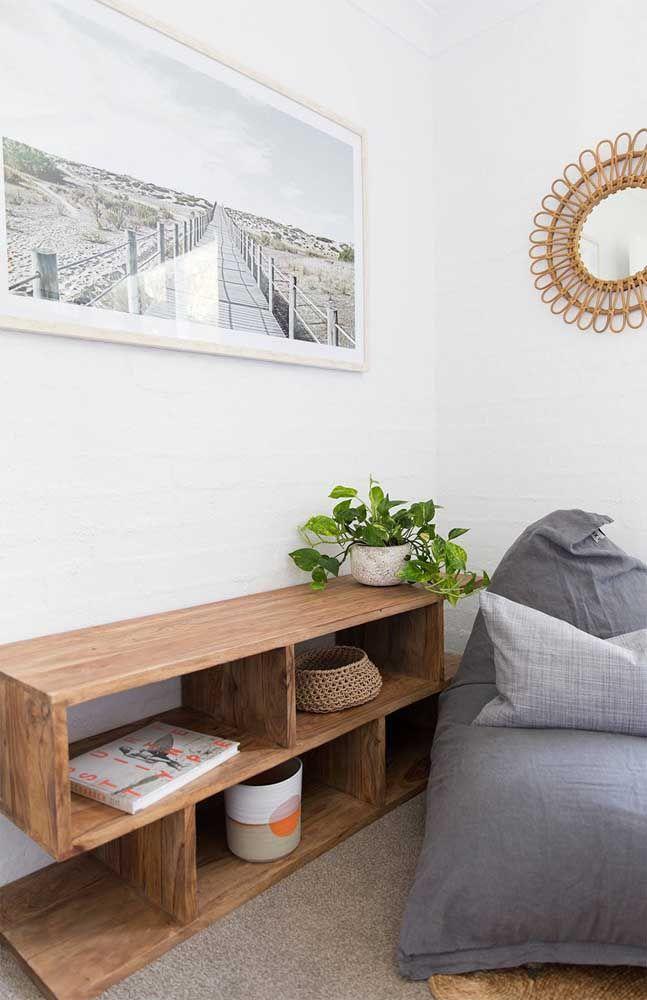 O móvel de madeira combina com a rusticidade natural da jiboia