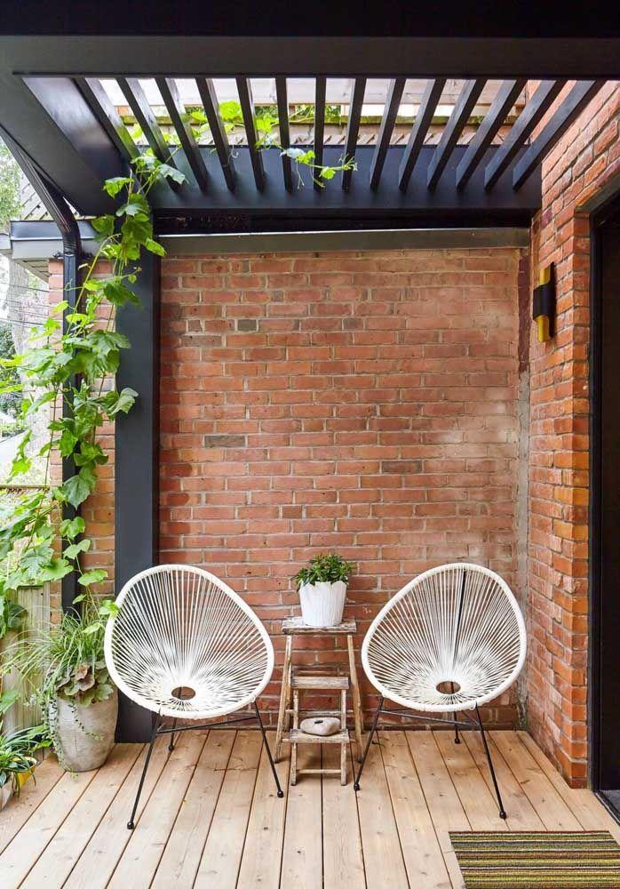 A varanda rústica apostou na jiboia para completar a proposta de decoração