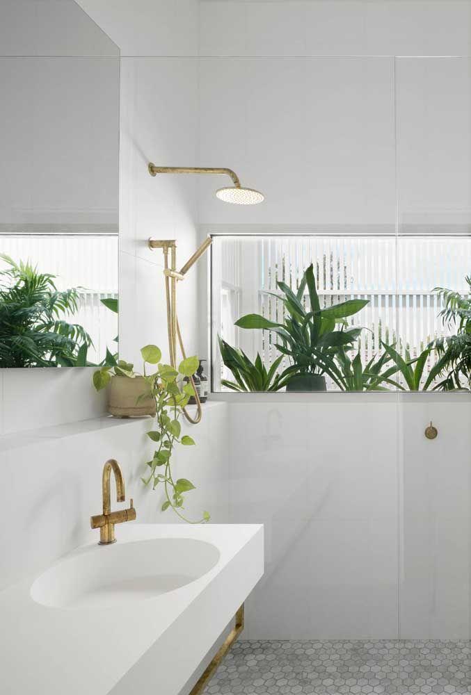 O banheiro branco é o pano de fundo ideal para as plantas revelarem sua beleza