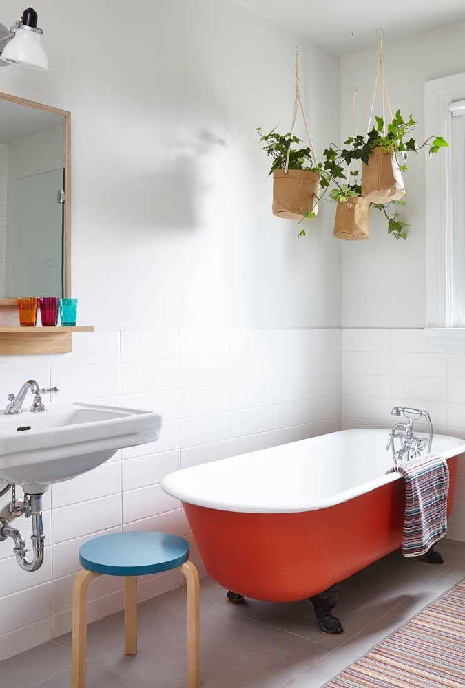 Sobre a banheira, as jiboias trazem conforto, descontração e vida ao ambiente