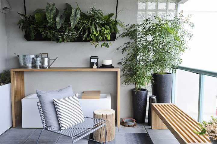 Receita para uma varanda charmosa e acolhedora: móveis de madeira e plantas