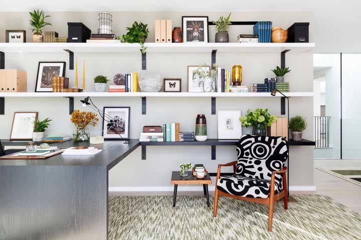 Intercale objetos decorativos com vasos de plantas