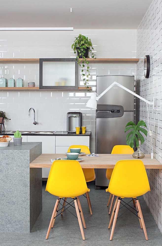 A prateleira alta da cozinha é o lugar ideal para a jiboia aparecer e crescer linda e verde
