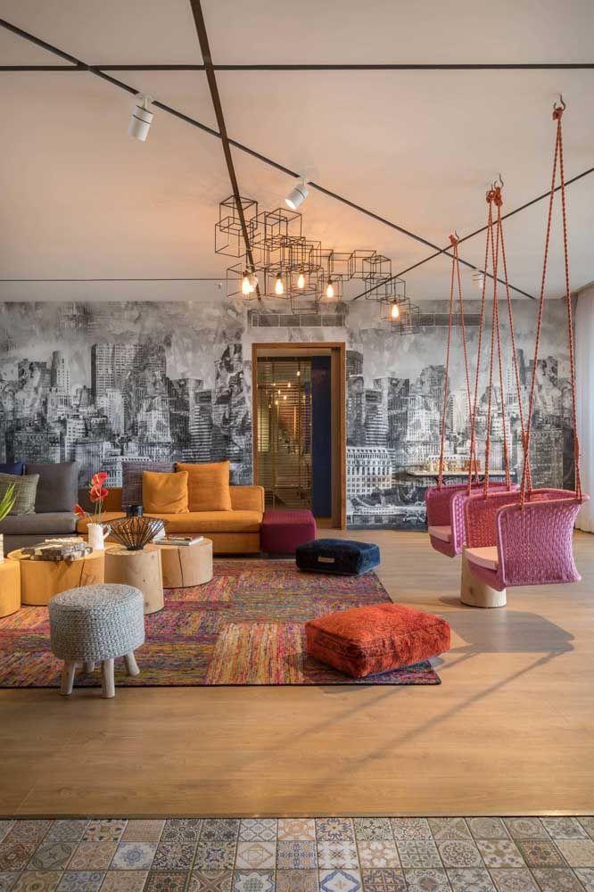 Uma sala com puffs para escolher: tem redondo, com pé, sem pé, de tecido, madeira e o que mais conseguir encontrar