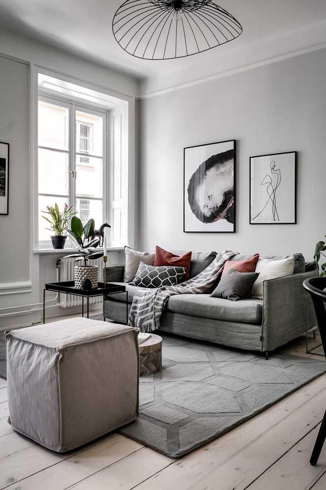 Puff e sofá: companheiros na cor, mas diferentes no material