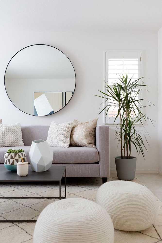 Os puffs redondos de sisal conversam muito bem com as almofadas do sofá no mesmo tom
