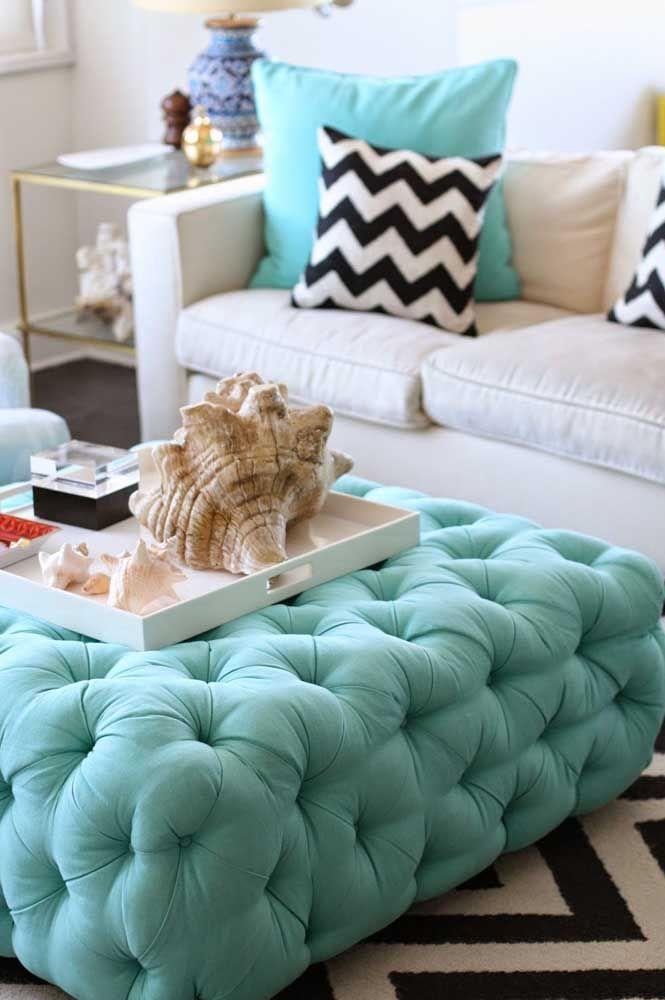Puff azul, assim como as almofadas; o importante é estabelecer uma ligação entre a cor do puff com algum outro elemento da decor