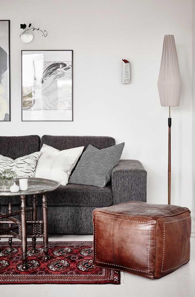 Branco e redondo para permanecer na proposta decorativa da sala