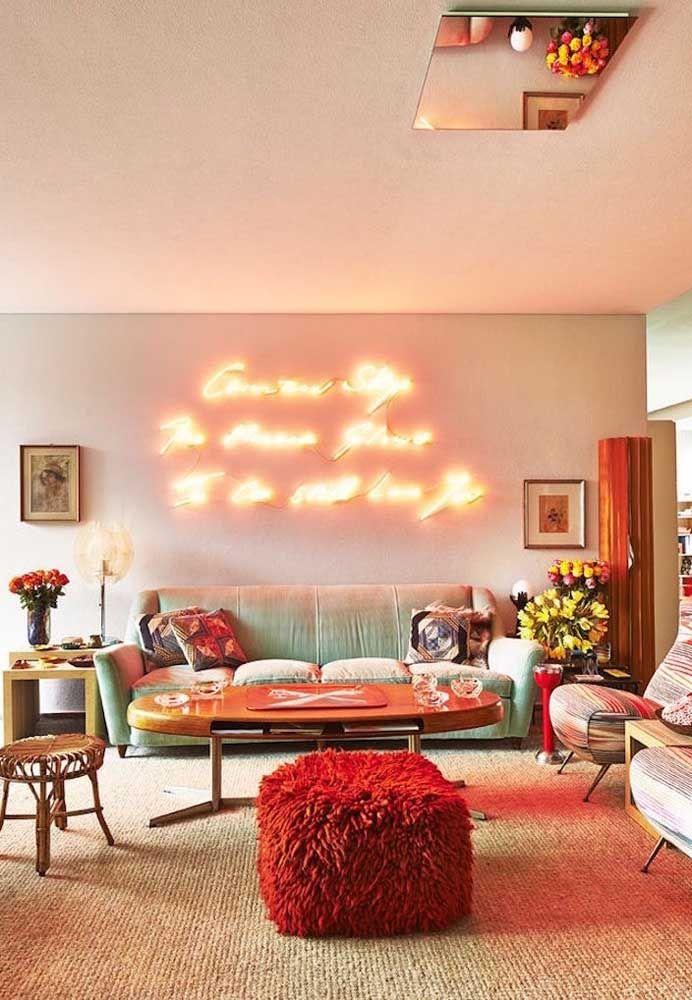 Um modelo quadrado, peludinho e vibrante de puff para combinar com a energia alto astral dessa sala