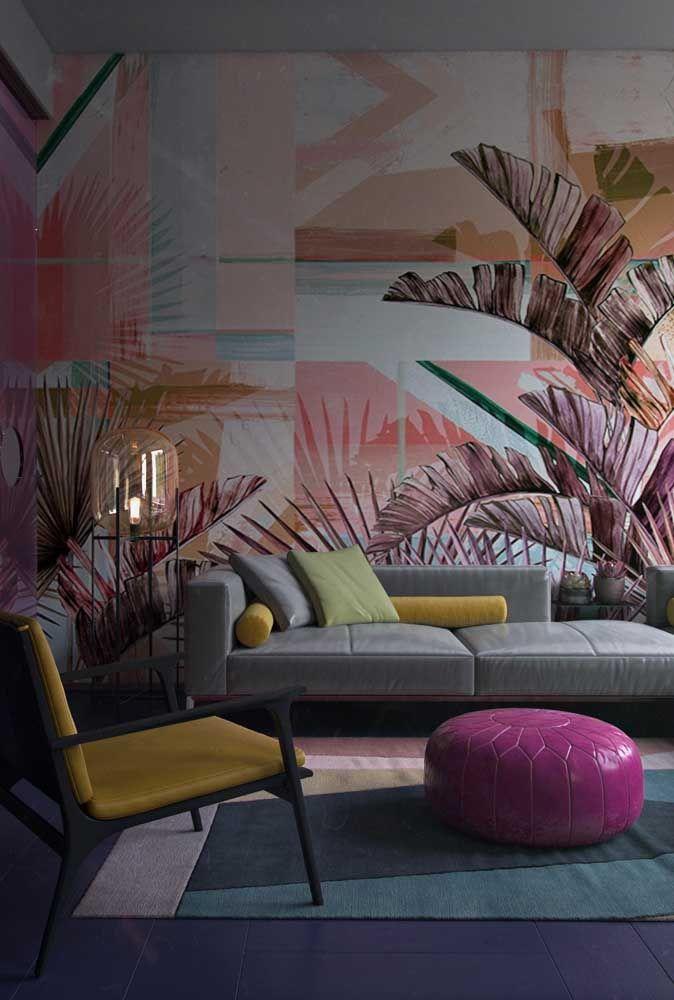 A escolha para essa sala foi um puff pequeno roxo de couro fazendo um contraste harmonioso com os tons de amarelo do sofá