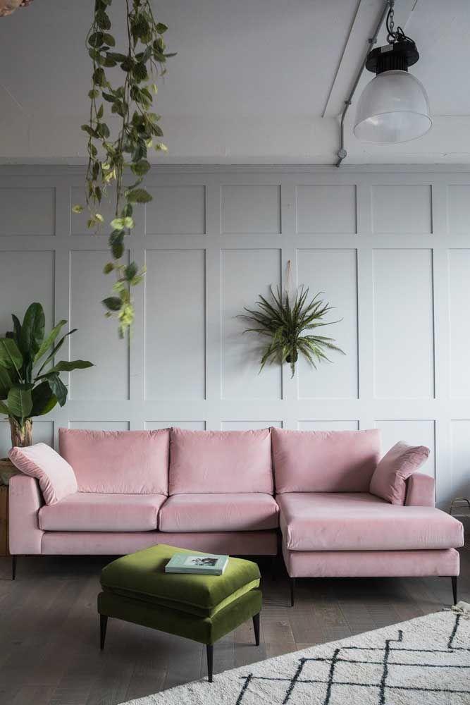 A decoração clássica, com ares retrô, apostou em um puff de pés palito iguais ao do sofá