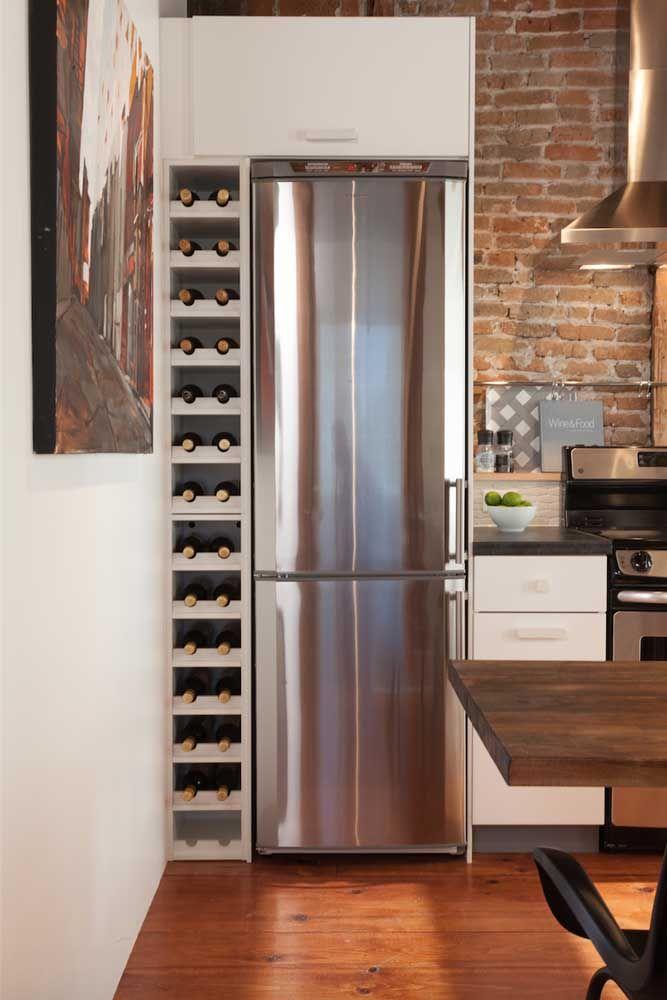 No cantinho, ao lado da geladeira, a luz e a temperatura são ideais para as garrafas