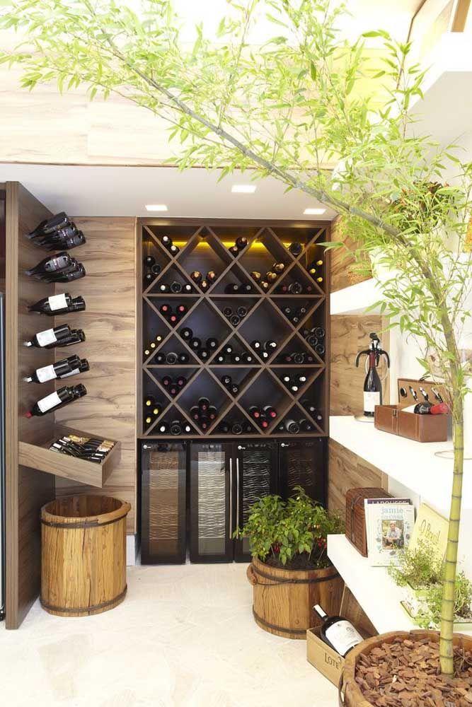 Nesse bar caseiro, a adega de madeira divide espaço com as adegas climatizadas; repare ainda que o espaço possui quatro formas diferentes de armazenar as garrafas