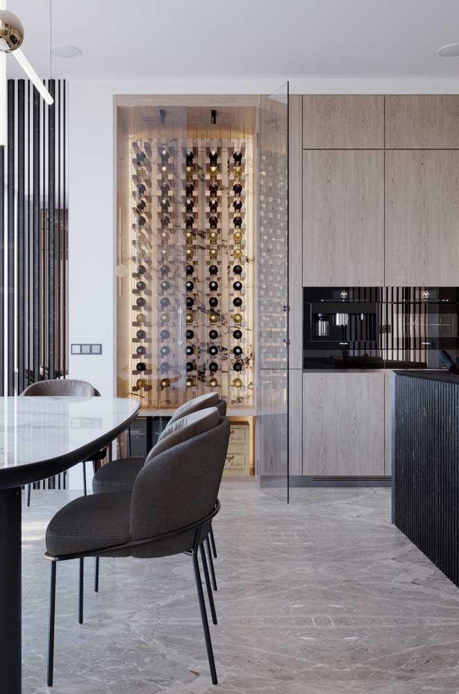 Cozinha moderna com adega de madeira e portas de vidro: um luxo!