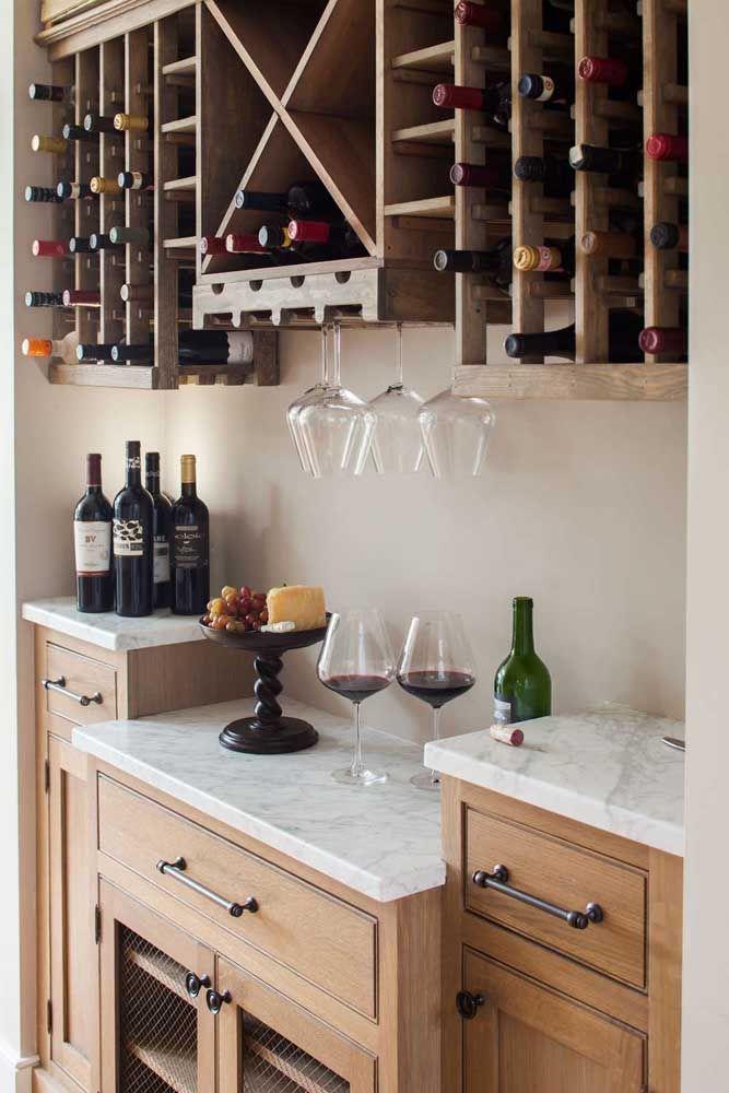 Construa sua adega de madeira sobre o aparador da cozinha