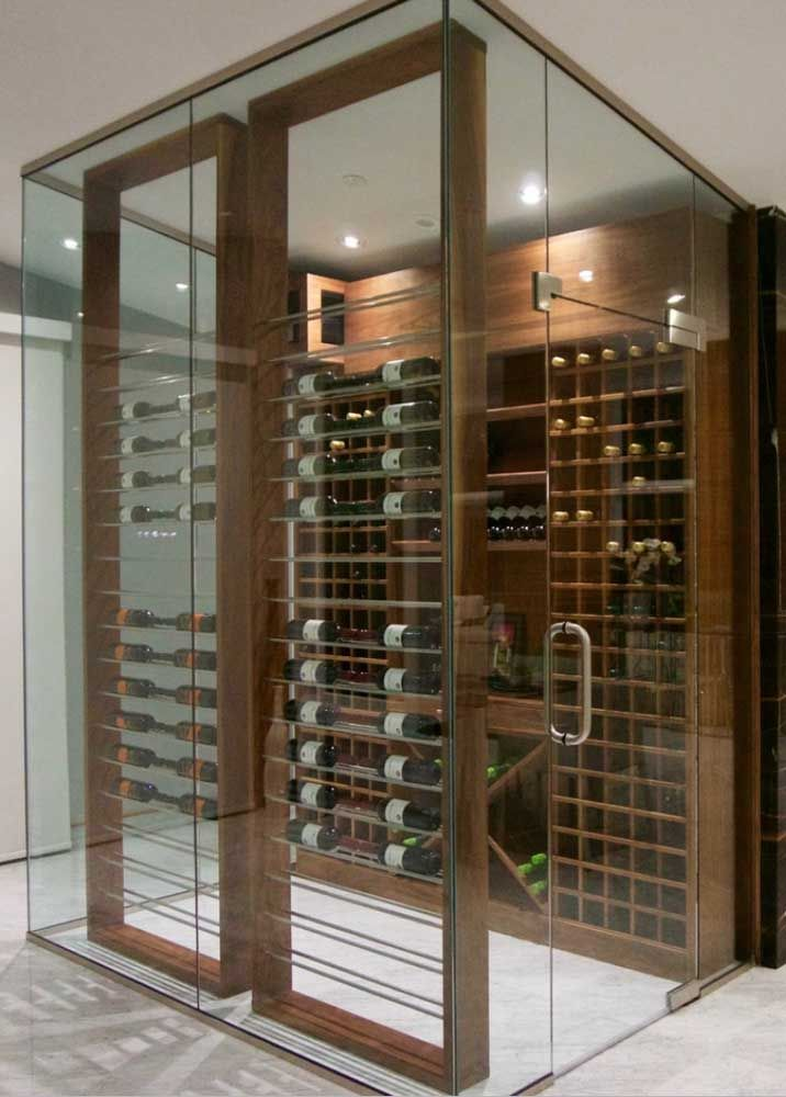 A caixa de vidro protege a adega de madeira e a coloca em destaque na decoração da casa