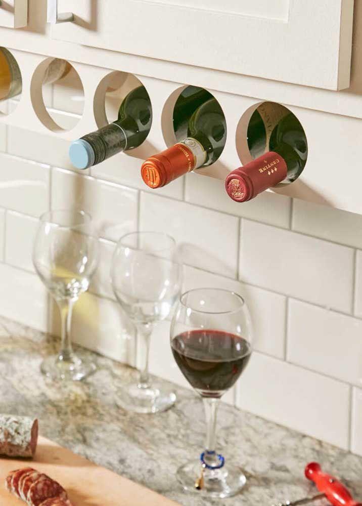 Um nicho simples, embutido no armário da cozinha, já dá conta de armazenar as garrafas