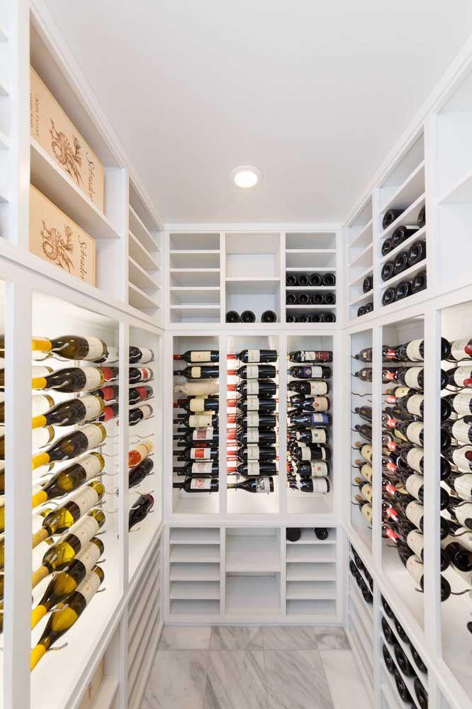 Podia ser um closet, mas é uma adega, acredita?