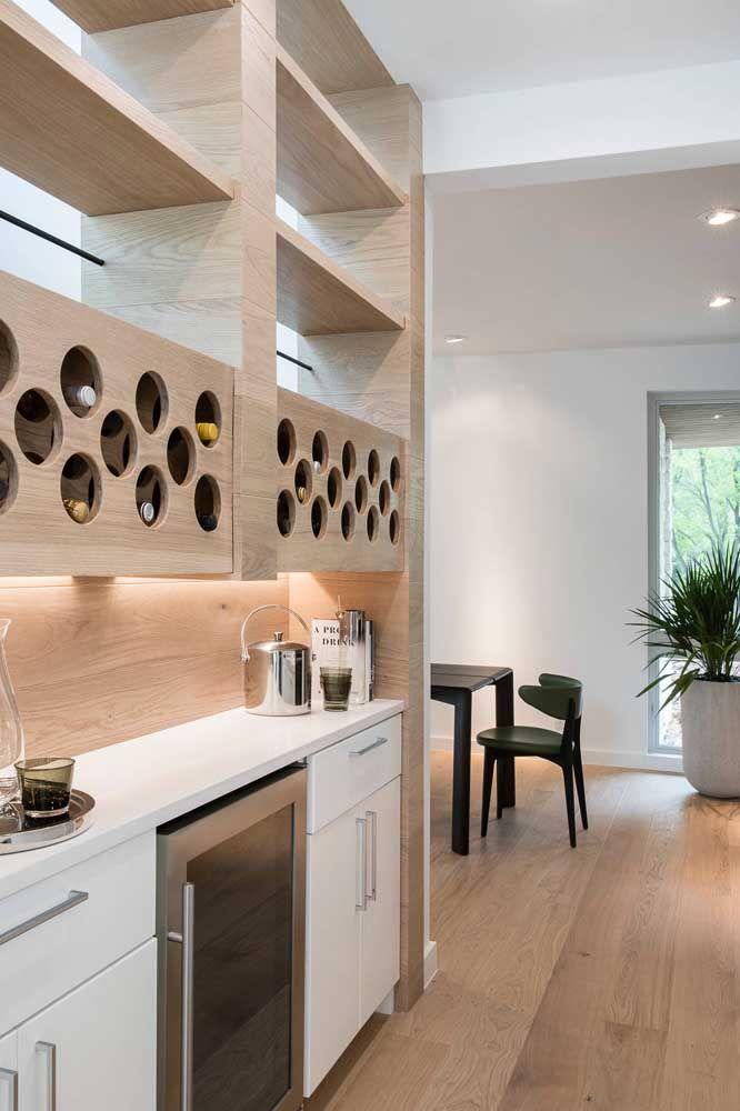 Nessa cozinha, a adega de madeira foi projetada junto com o móvel; lembre-se de inclui-la no projeto