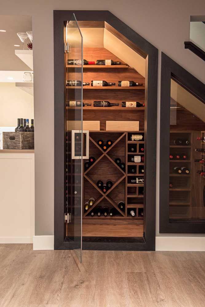 Iluminação, clima e ventilação: tudo perfeito nessa adega construída sob a escada