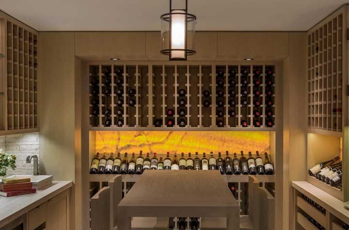 A cozinha que virou vinícola, ou melhor, adega
