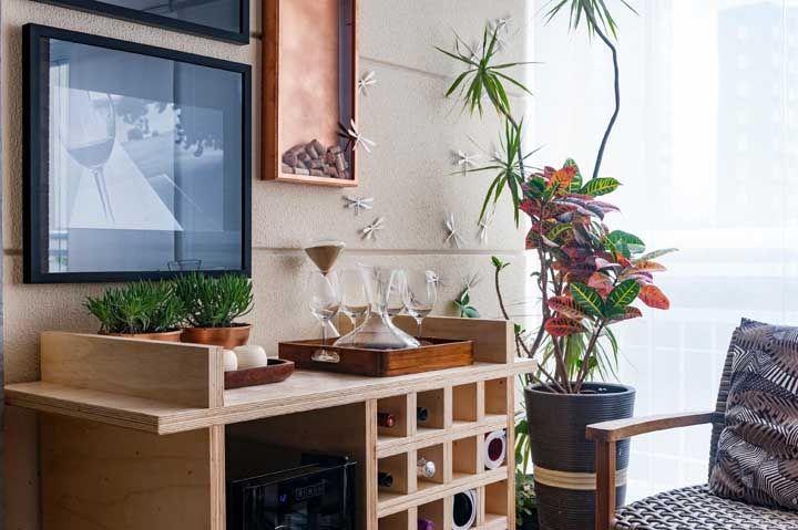 Na sala de estar, a adega climatizada divide espaço com taças e outras bebidas