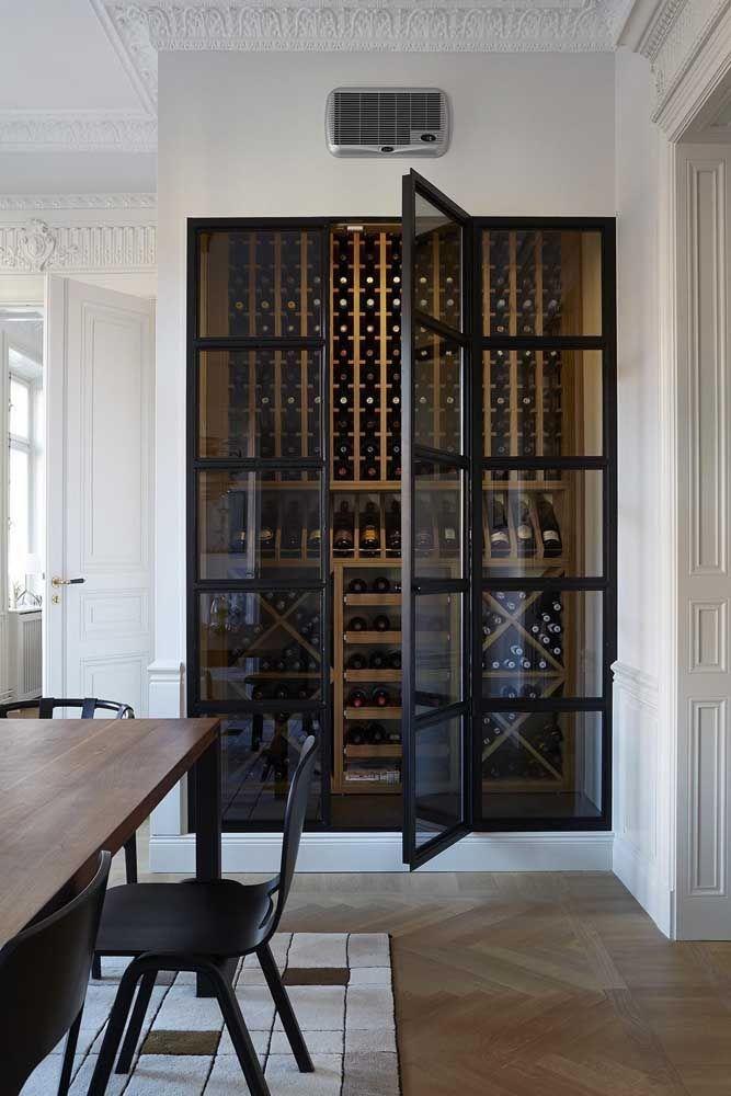 A porta de vidro protege as garrafas no interior da adega, mas sem escondê-las na decoração
