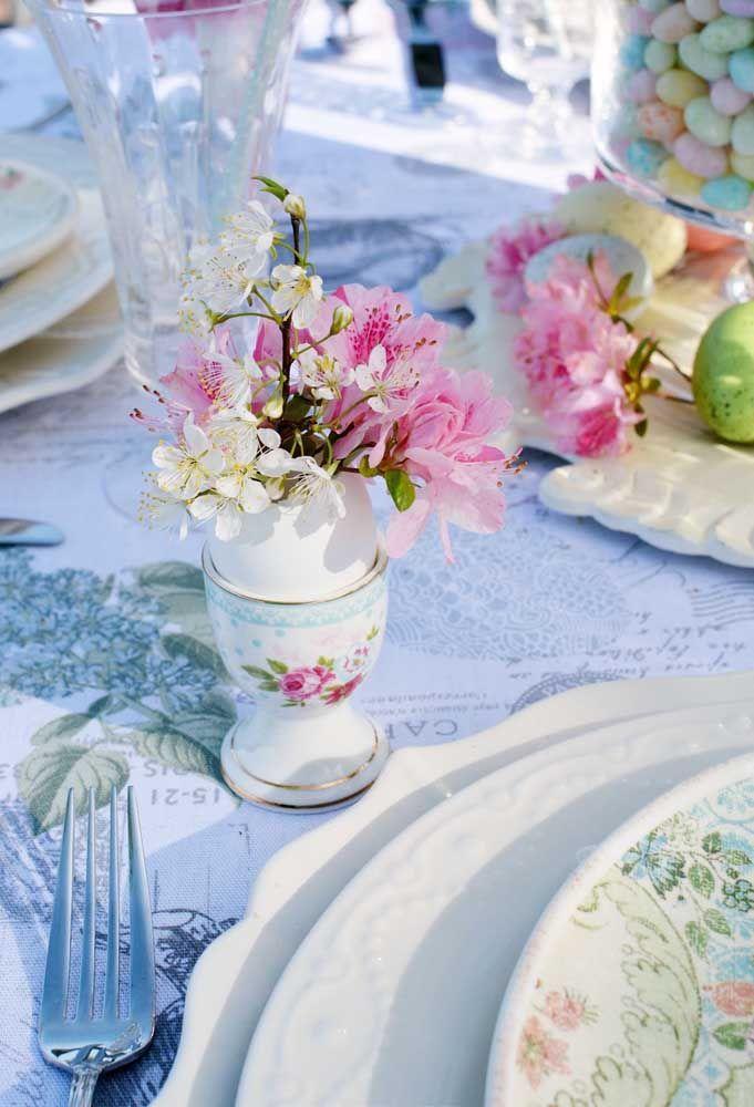 O vasinho de cerâmica abraça com ternura as delicadas flores de azaleia