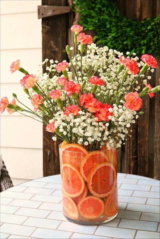 Arranjo colorido e alegre entre flores e frutas