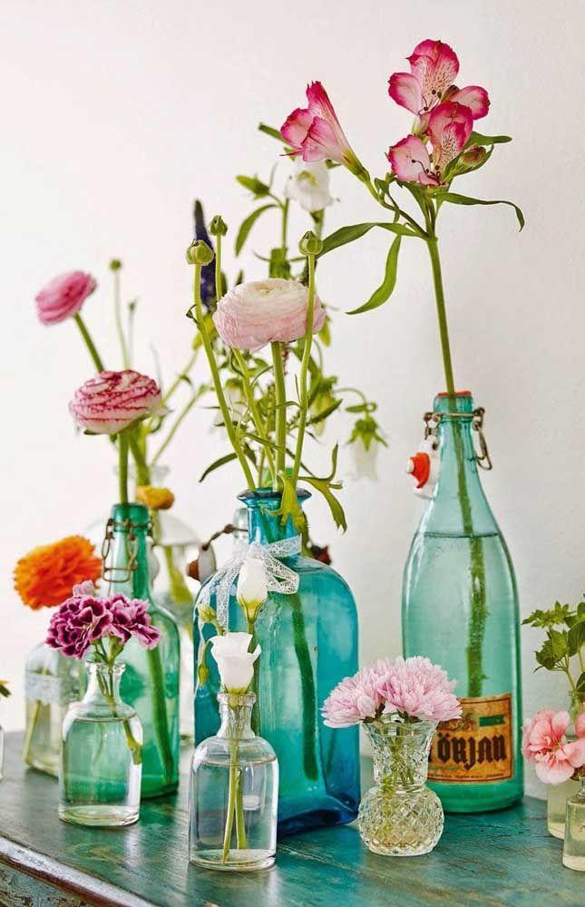 O que fazer com garrafas de vidro e flores de azaleia? Olha a inspiração aqui