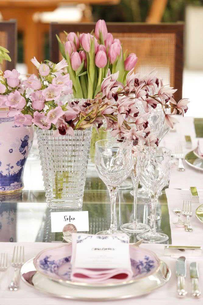 E o que acha de uma composição entre azaleias e tulipas? Sofisticado, não?