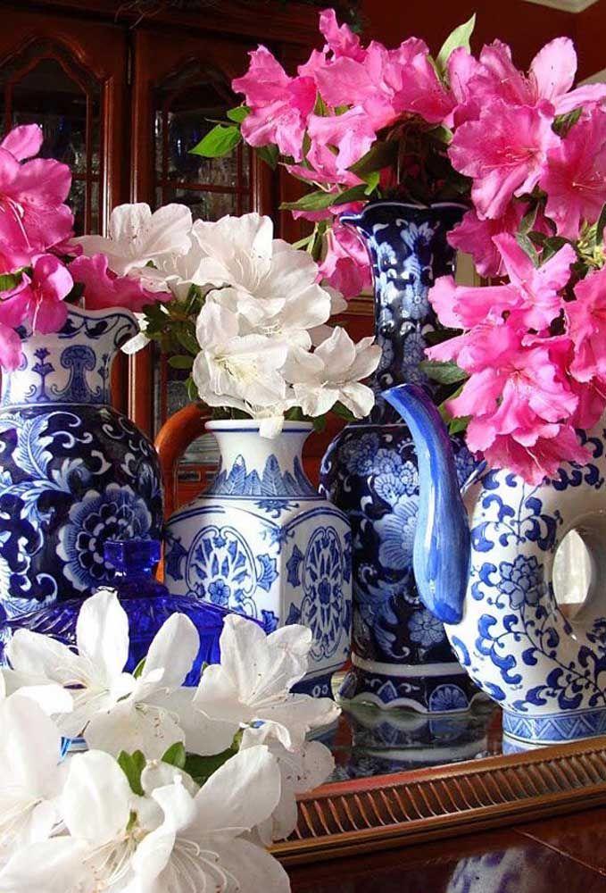 Os inconfundíveis vasos portugueses formam um belo contraste de cores com as azaleias rosas