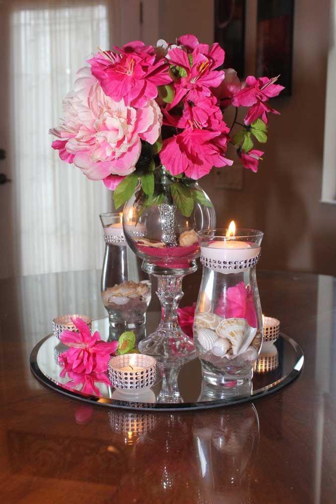 Use vasos de vidro para deixar o arranjo com azaleias elegante e refinado