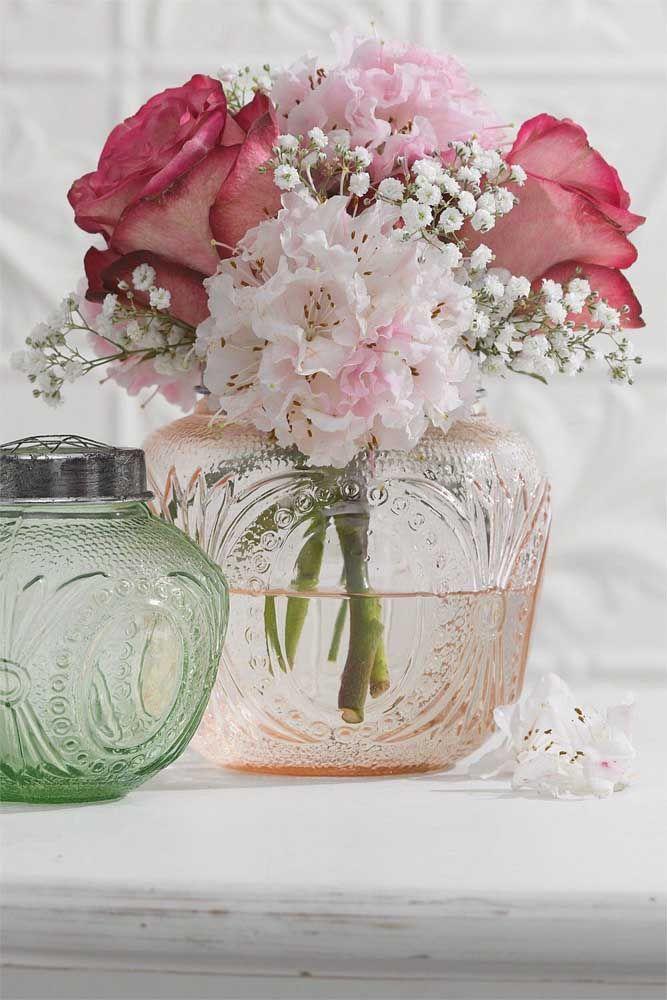 Rosas e azaleias formam uma composição delicada, romântica e elegante ao mesmo tempo