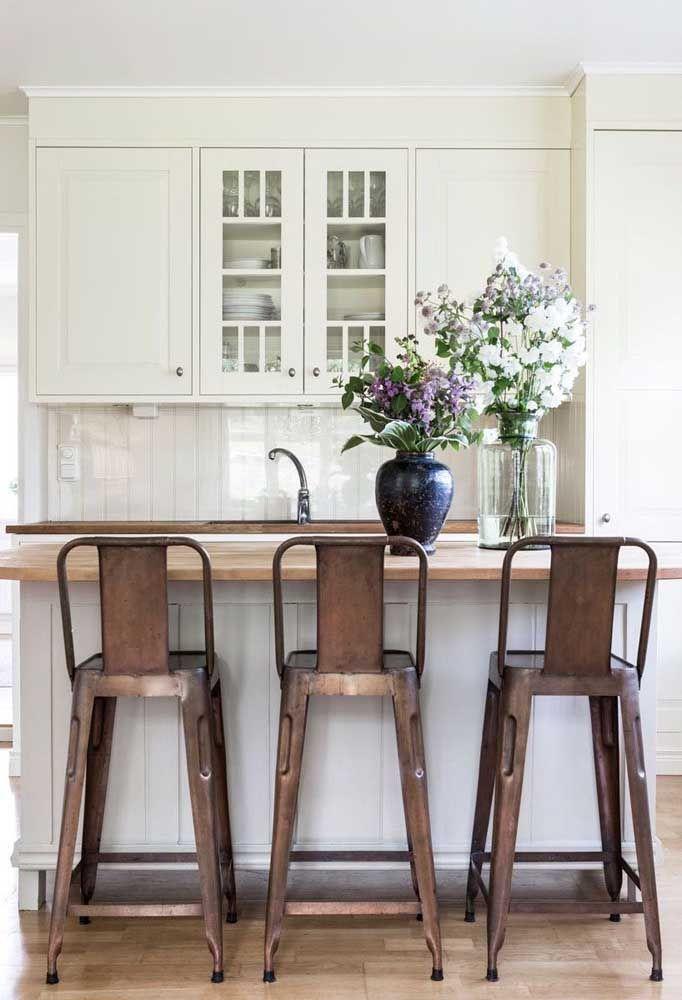 Arranjo de azaleias para a cozinha de madeira