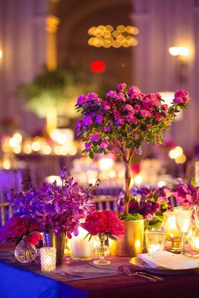 Decoração de casamento feita com bonsai de azaleia e arranjos da mesma flor