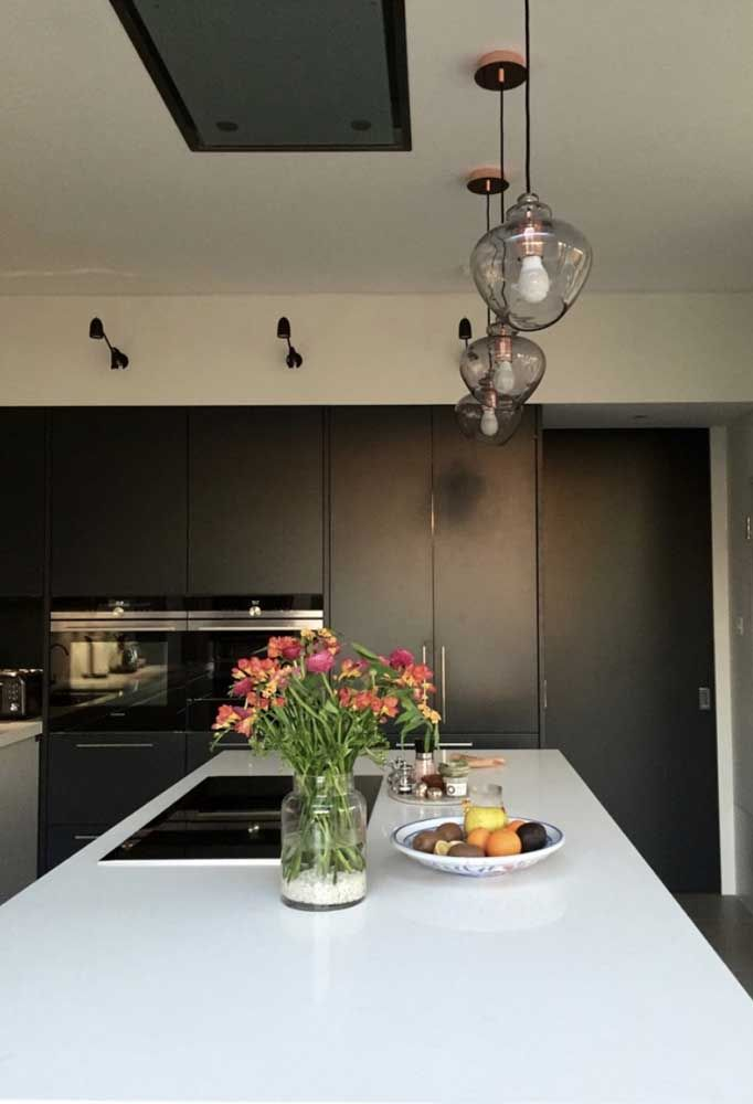Cozinha moderna também tem espaço para arranjos floridos de azaleias