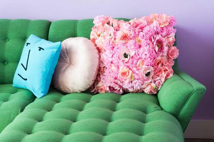 Deitar sobre uma almofada de flores, já pensou? Aqui nessa sala isso é possível