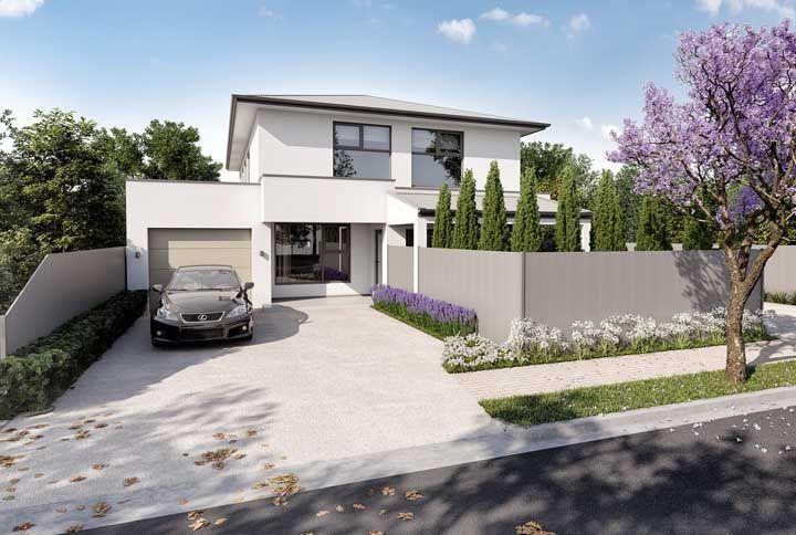 Sobrado construído em alvenaria; a planta da casa privilegiou a área externa que conta com garagem e jardim