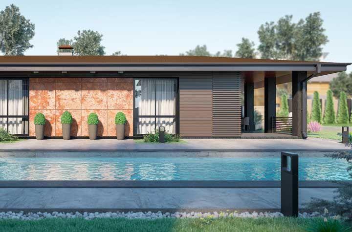A estrutura metálica dessa casa recebeu pintura marrom para não destoar do restante dos elementos de aspecto rústico e natural