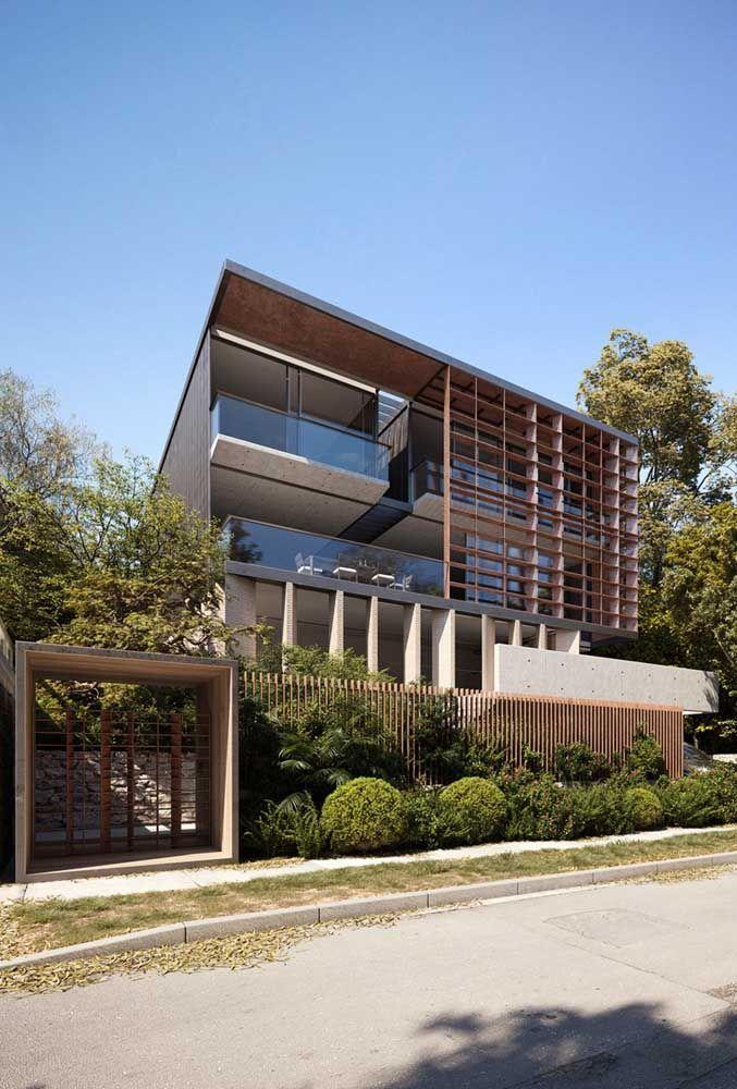O vidro e o metal completam a proposta moderna das linhas retas da fachada
