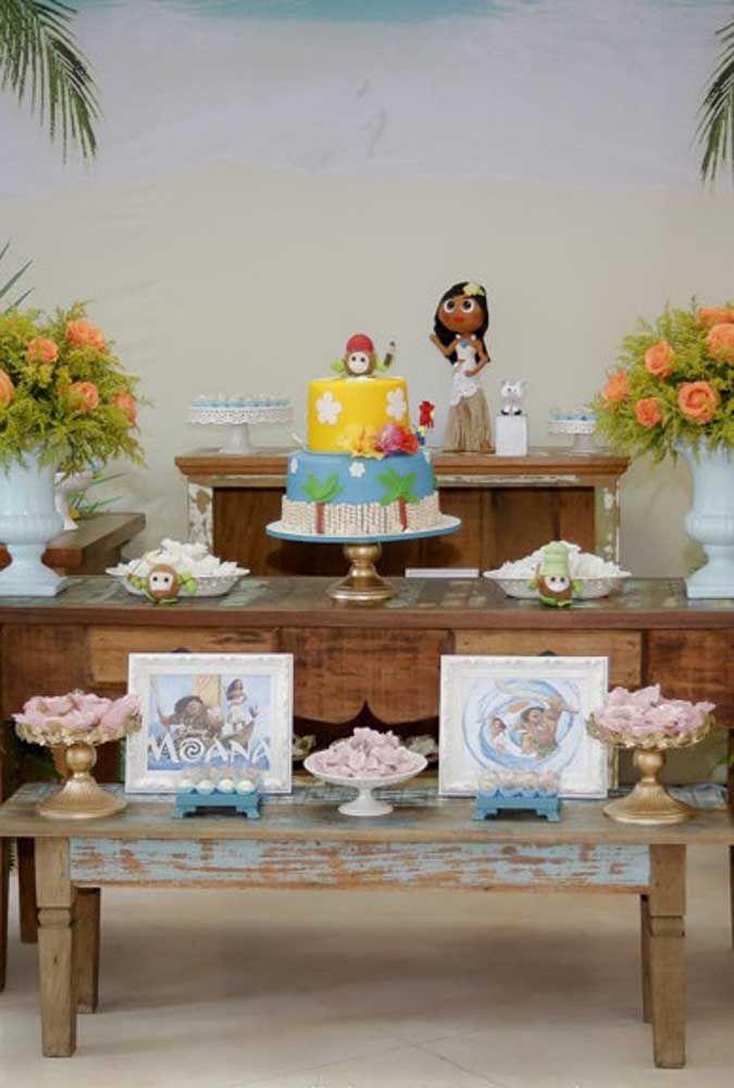 Aposte em um bolo com decoração bem infantil para representar o tema Moana