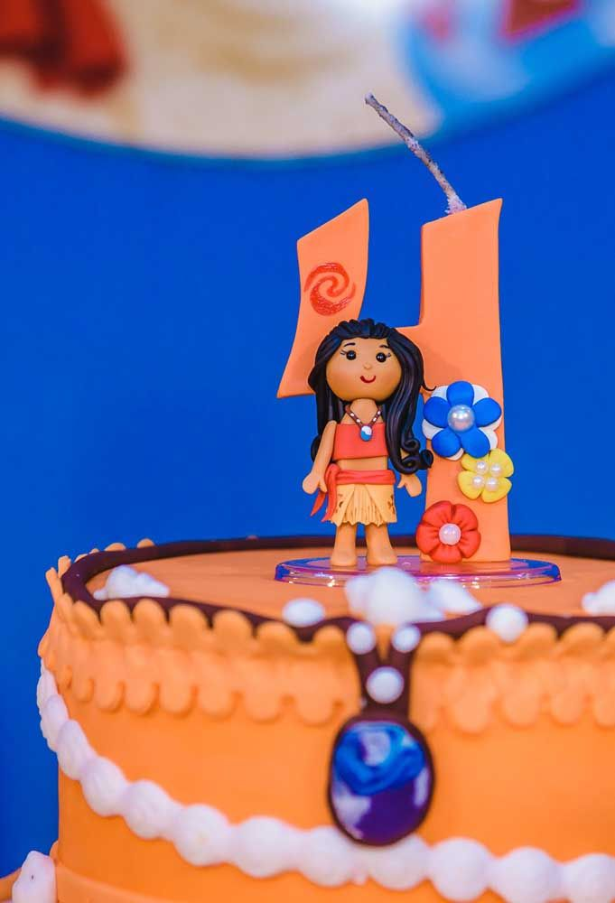 Você pode usar uma massa especial para fazer a bonequinha da Moana que fica no topo do bolo